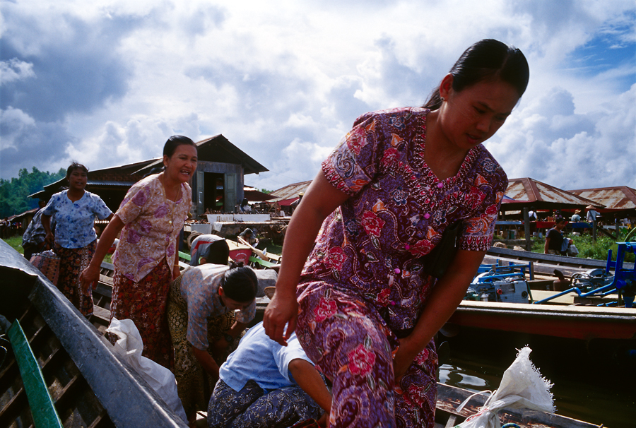 Women on market days in Inle-Lake